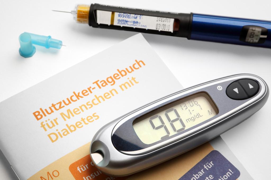 Blutzucker-Tagebuch und Diabetes-Utensilien
