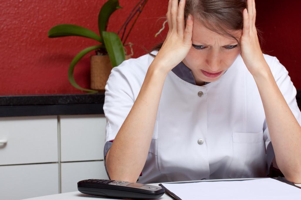 Ärztin mit Burnout und Kopfschmerz