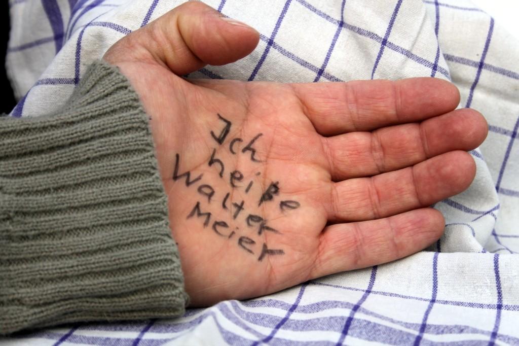 Bild: ein Alzheimer-Patient hat seinen Namen auf seine Hand geschrieben